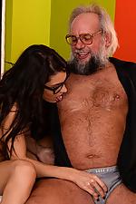 Carolina Abril succhia un uomo vecchio mentre fingering il suo culo
