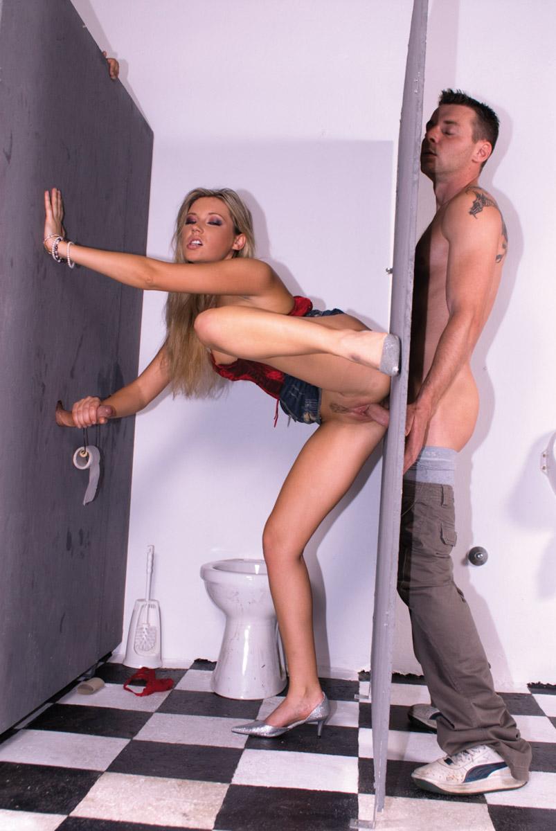 Смотреть порно ролики в туалете 22 фотография