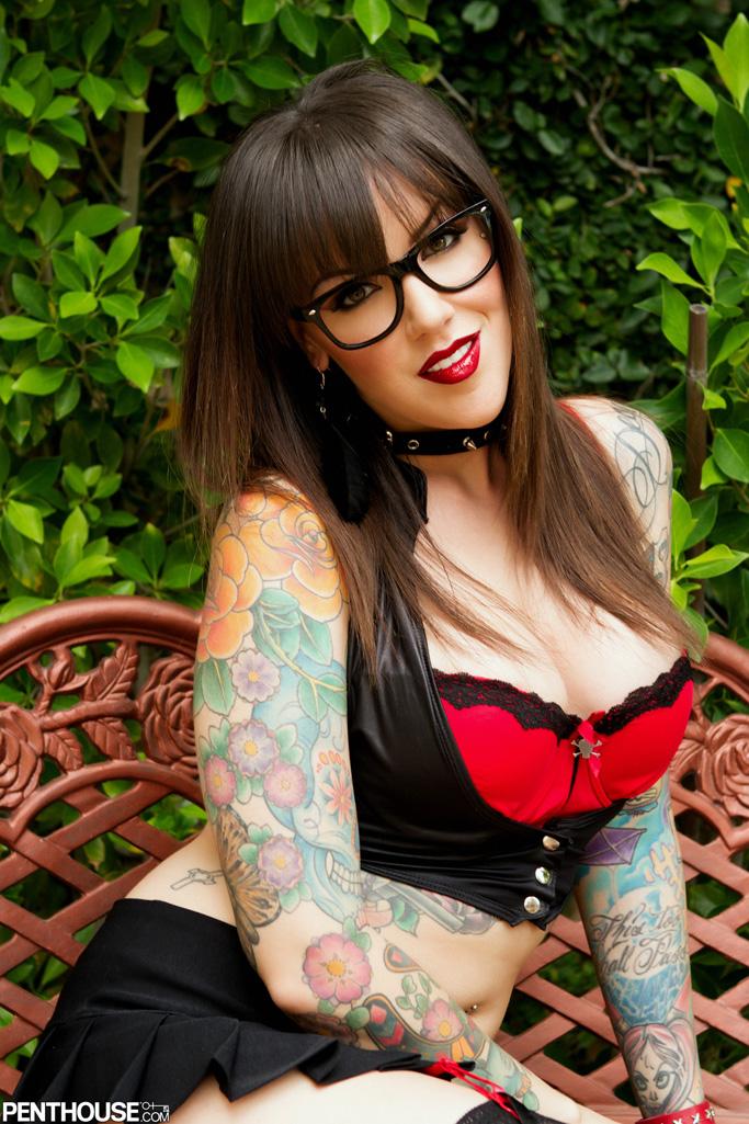 03 el irresistible cuerpo perfecto de la morena tatuada emily parker