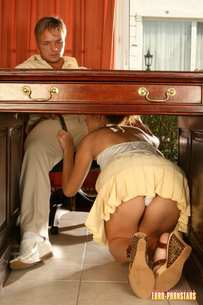 Девушка залезла под стол и увидела что подруга без трусов