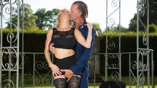 Alexis Fawx, the grieving widow needs comfort! The best friend of her late husband is there to cheer him up, and for that, nothing better than an afternoon of sex of madness in the gardens of the cemetery! (Video duration: 15 minutes)