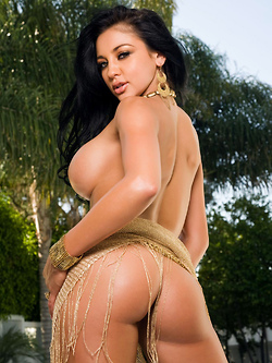 Audrey Bitoni showcasing her perfectly shaped body