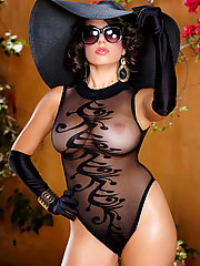 Darcie Dolce classy vixen exposes her fabulous curves in the garden