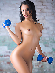 Lexi Storm exposes her flexibility and toned physique in the gym