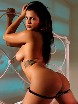 Sexy Keisha Grey gets nude on the bed